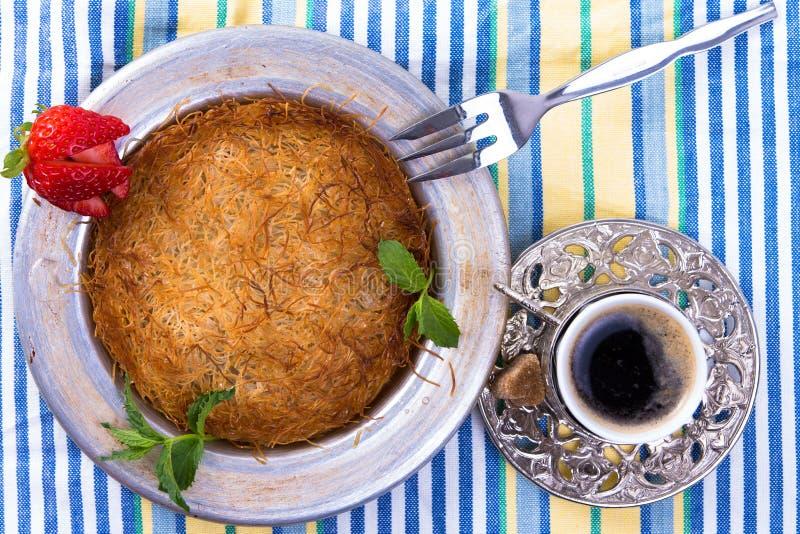 Kuefe sulla tovaglia con caffè turco immagine stock libera da diritti