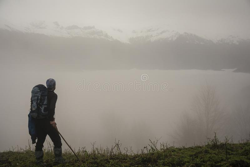Kufbergkullar och aktiv fotvandrare med ryggsäcken i förgrund royaltyfria foton