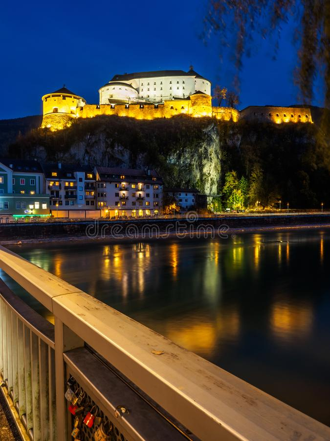 Kufstein fästning på natten med gästgivargården royaltyfri fotografi