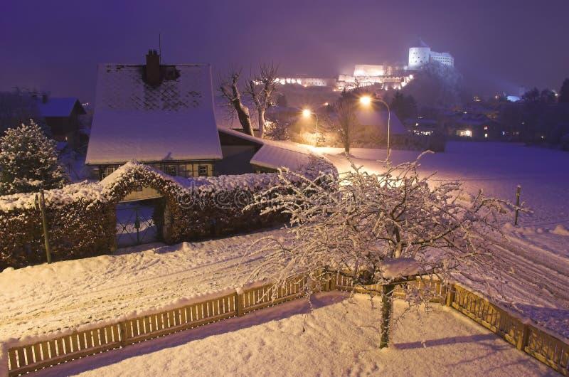 Kufstein Stadt nachts lizenzfreie stockfotos