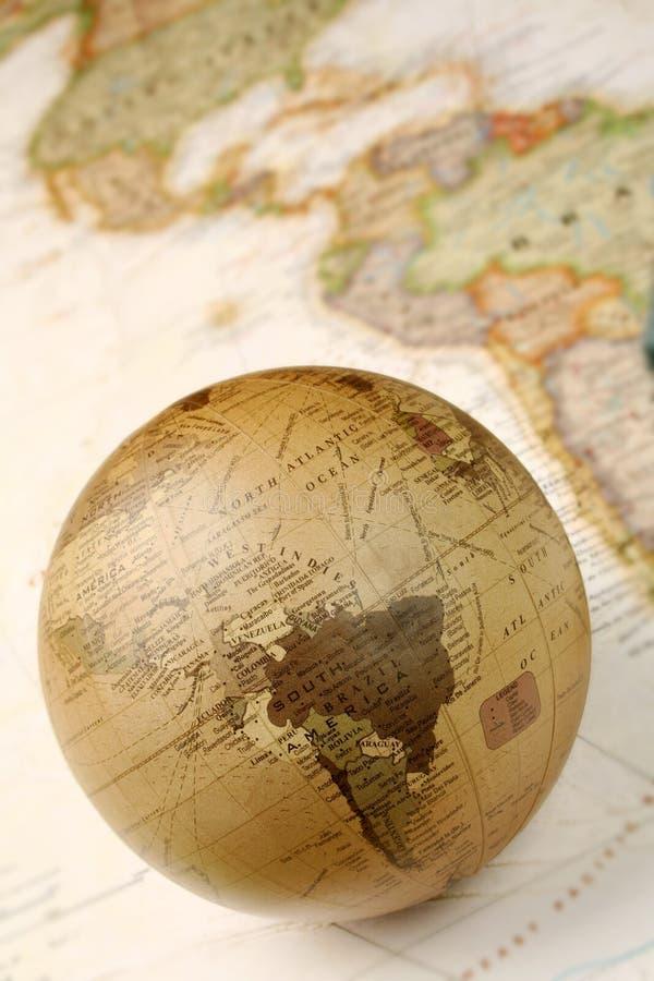 Kugel über Karte lizenzfreie stockbilder