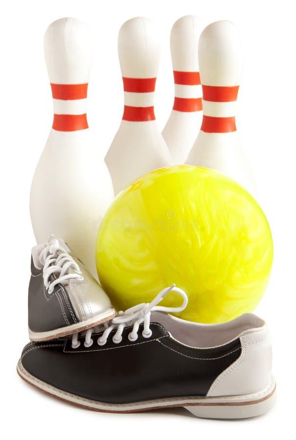 Kugel, Bowlingspielschuhe und Bowlingspiel lizenzfreie stockfotografie