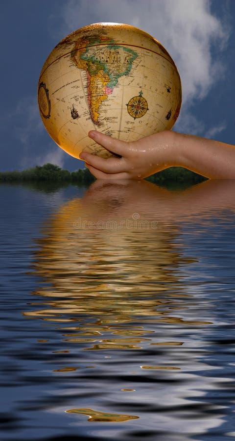 Download Kugel in der Hand stockfoto. Bild von wasser, reflexion - 28678