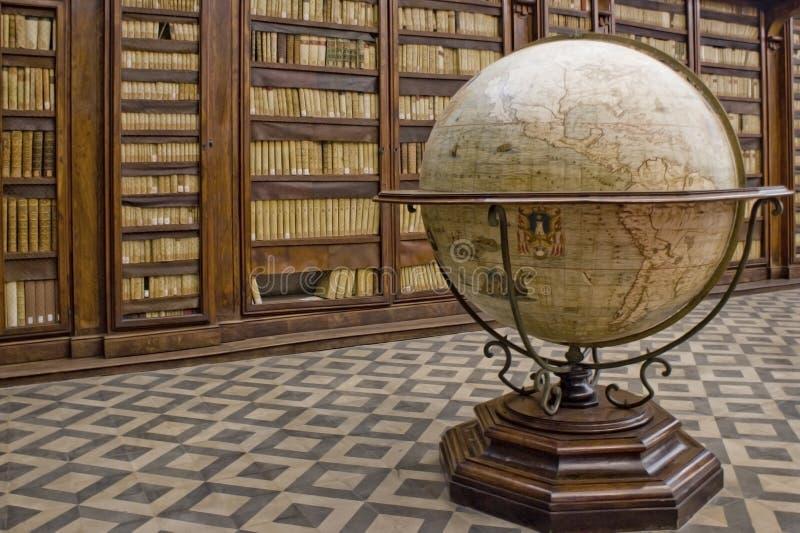 Kugel in einer Bibliothek stockfotografie