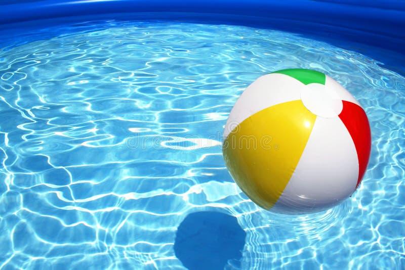 Kugel im Pool stockbild