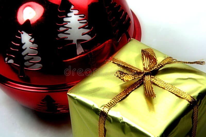 Kugel und Geschenk lizenzfreies stockbild