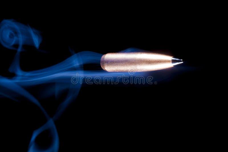Kugel und Rauch auf Schwarzem stockfoto
