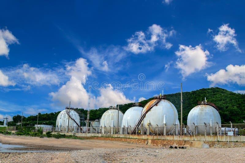 Kugelförmige Tanklagerungsraffinerie lizenzfreie stockfotografie