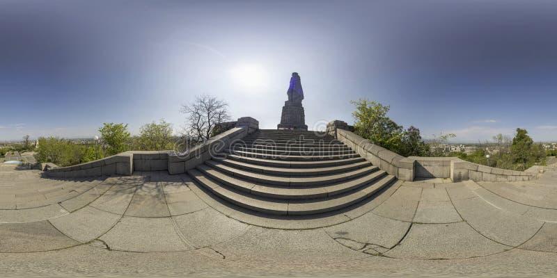 Kugelförmiges Panorama von Alyosha-Statue an Bunardzhika-Hügel in Plov stockfoto
