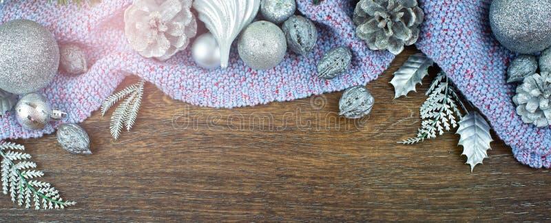 Kugelmutter-Kegelniederlassungszeder der Fahnen-Weihnachtszusammensetzung lässt glänzende Silber auf Draufsicht f des hölzernen d stockbilder