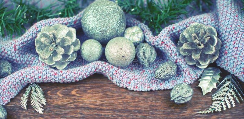Kugelmutter-Kegelniederlassungszeder der Fahnen-Weihnachtszusammensetzung lässt glänzende Silber auf Draufsicht f des hölzernen d lizenzfreie stockbilder