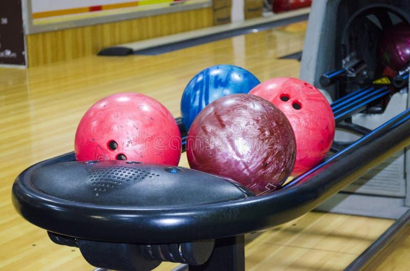 Kugeln für Bowlingspiel lizenzfreie stockfotos