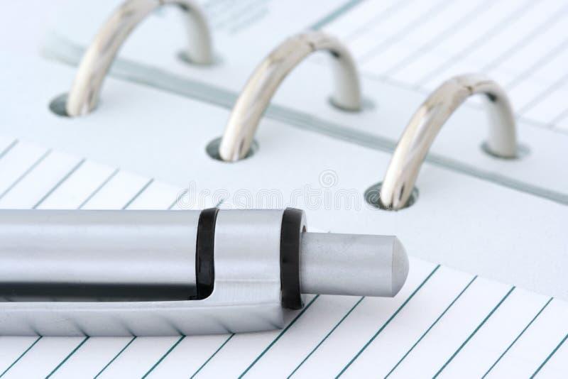Kugelschreiber auf Notizbuch stockbilder
