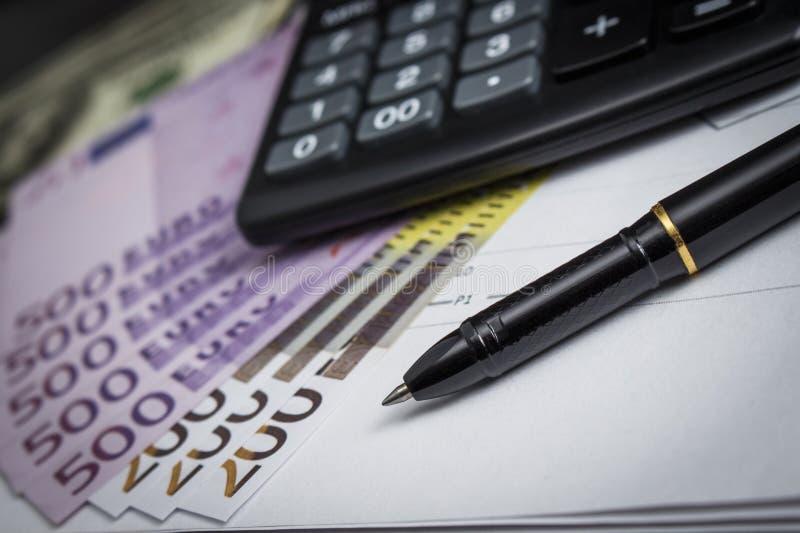 Kugelschreiber mit einem Bündel von Euros und von Taschenrechner stockbilder