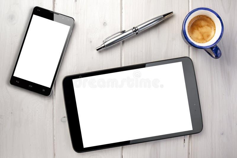 Kugelschreiber Tablet-Kaffee-Smartphones Whitespace lizenzfreie stockbilder