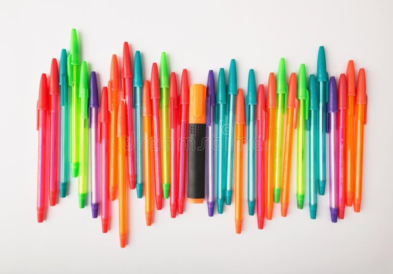 Kugelschreiber von verschiedenen Farben auf einem weißen Hintergrund lizenzfreies stockfoto