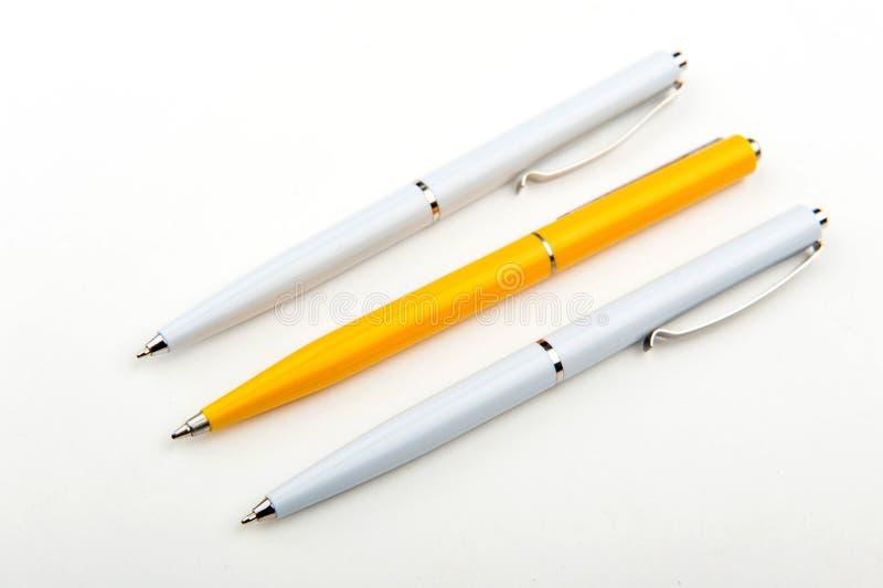 Kugelschreibernahaufnahme Viele Federn briefpapier stockfoto