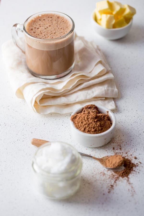 KUGELSICHERE KAKAO Heißes Getränk Ketogenic Keton-Diät Kakao gemischt mit Kokosnussöl und Butter Schale kugelsichere Kakao lizenzfreie stockbilder