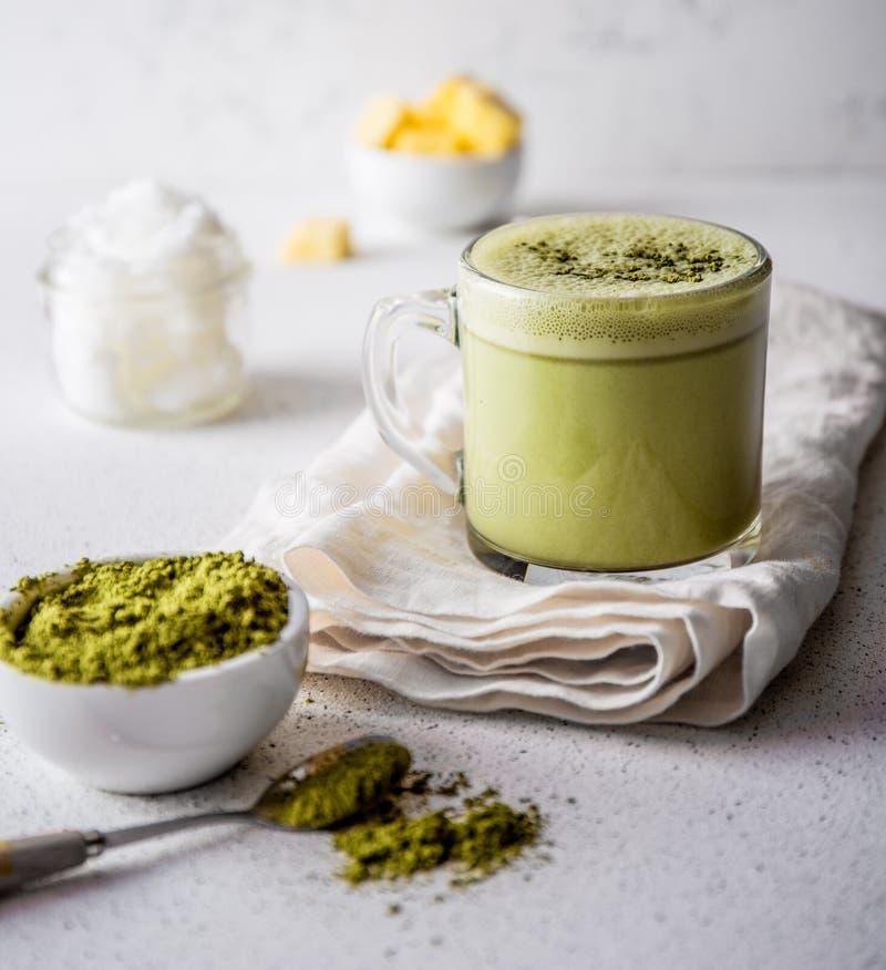KUGELSICHERES MATCHA Heißes Getränk Ketogenic Keton-Diät Tee matcha mischte mit Kokosnussöl und Butter Schale von kugelsicherem lizenzfreie stockfotografie