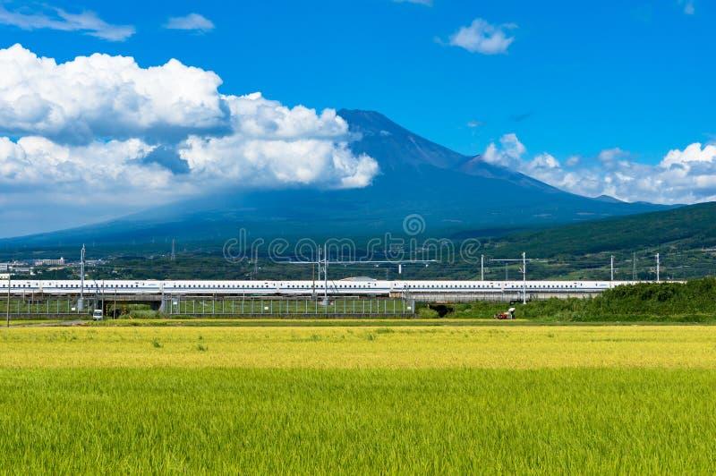 Kugelzug, Shinkansen reist unter Mt Fuji in Japan stockbilder
