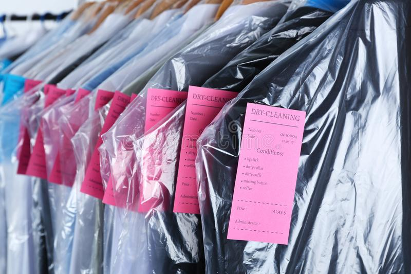 Kugge av rengöringkläder som hänger på hängare arkivbild