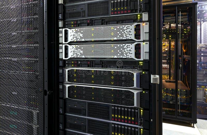 Kugge för bladserverutrustning i stor datorhall arkivbild