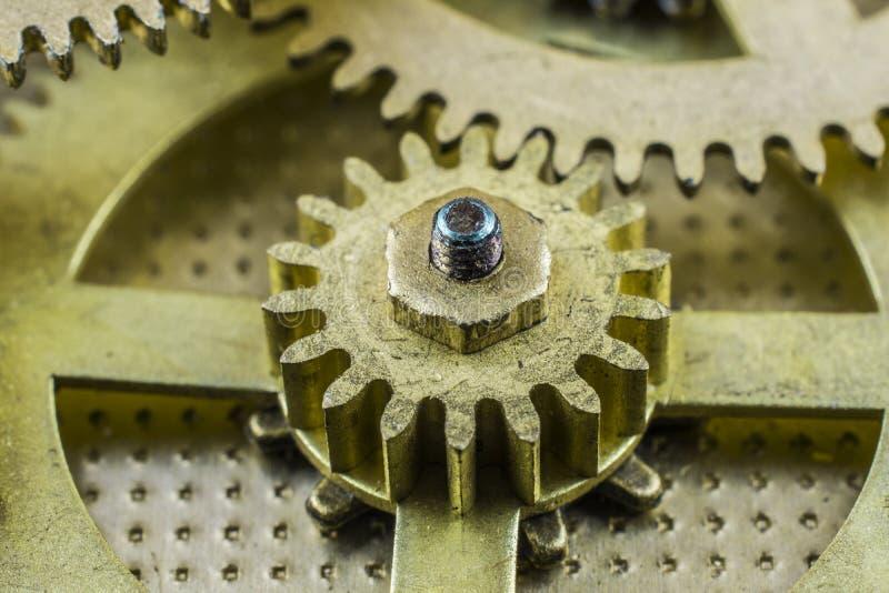 Kugge-hjul av den gamla brutna klockan vid slut upp fotografering för bildbyråer