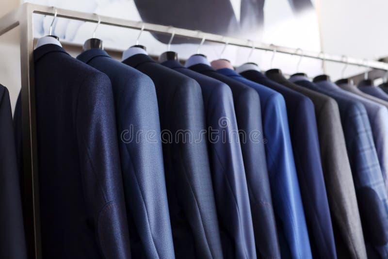 Kugge med manlig kläder i boutique royaltyfria bilder