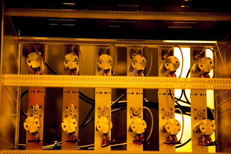 Kugge monterade serverdelar i skåp arkivbilder