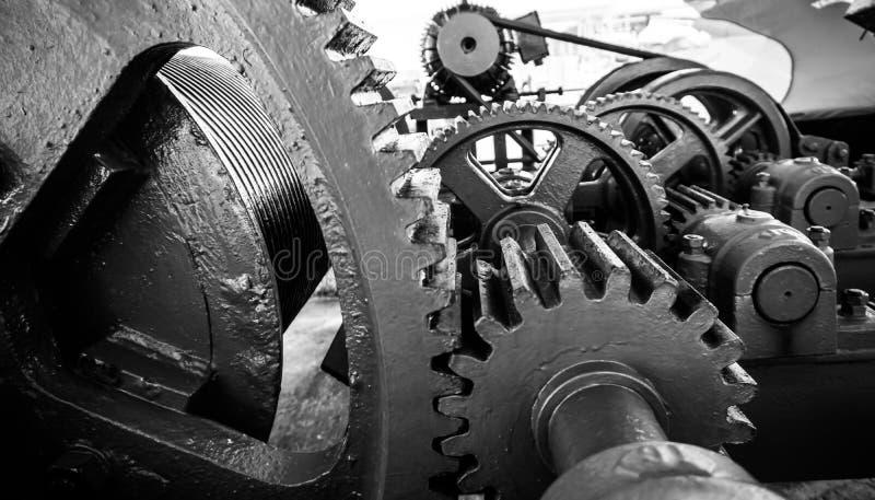 Kugghjul av en svartvit maskin arkivbilder