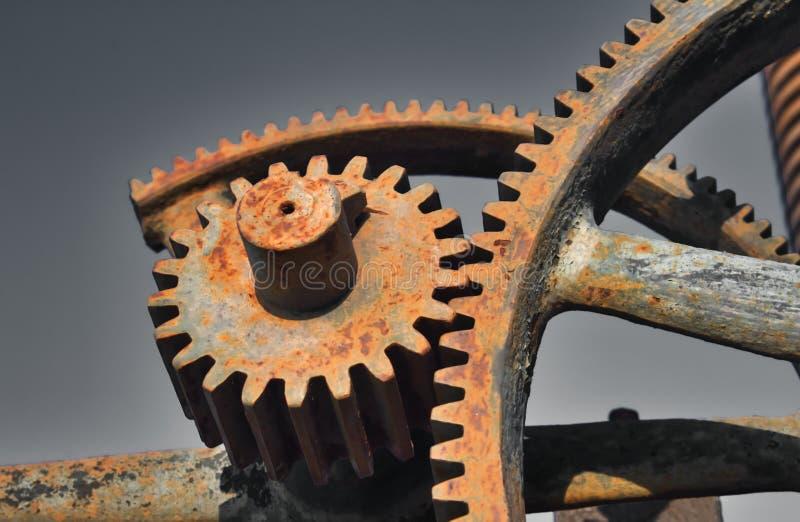 Kugghjul eller kuggar för gammal rostig metall som industriella används i maskineri royaltyfria bilder