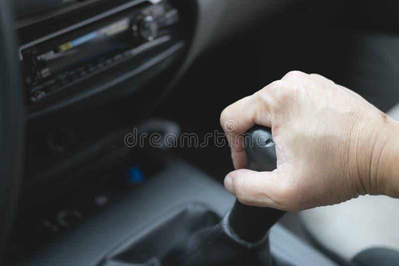 Kugghjul för bil för handinnehavändring till körning på vägbegreppet i t royaltyfria bilder