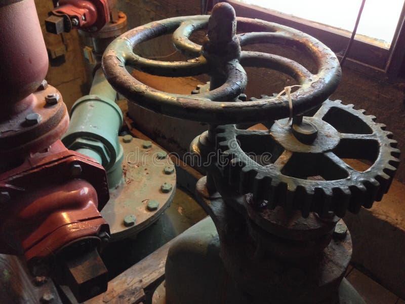 Kugghjul i gammal pumpstation royaltyfria bilder