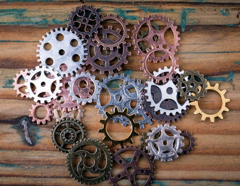 Kugghjul i olika format och färger arkivbilder