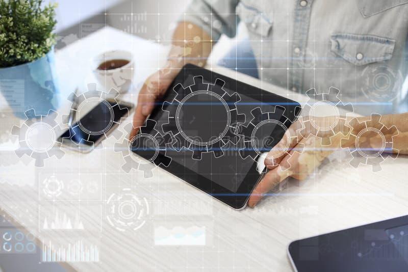 Kugghjul på den faktiska skärmen Affärsstrategi och teknologibegrepp Automationprocess royaltyfri bild