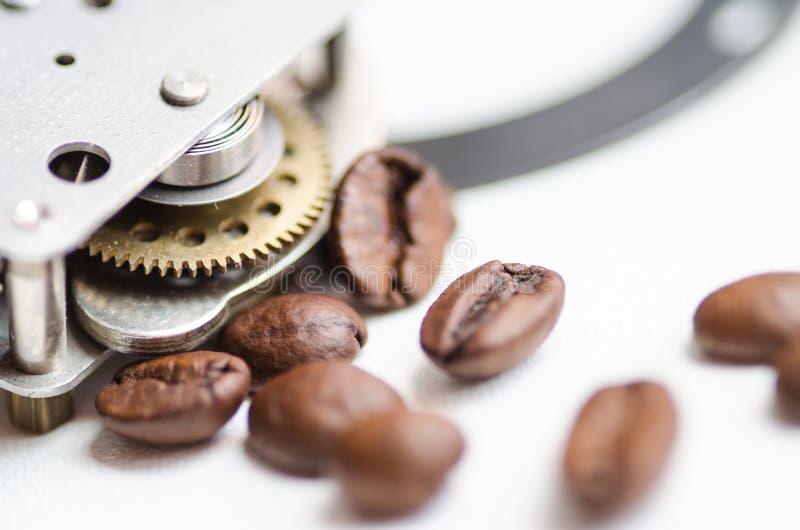 Kugghjul, tandhjul, urverk och kaffe Kaffetid - cofeeavbrottstema royaltyfria bilder