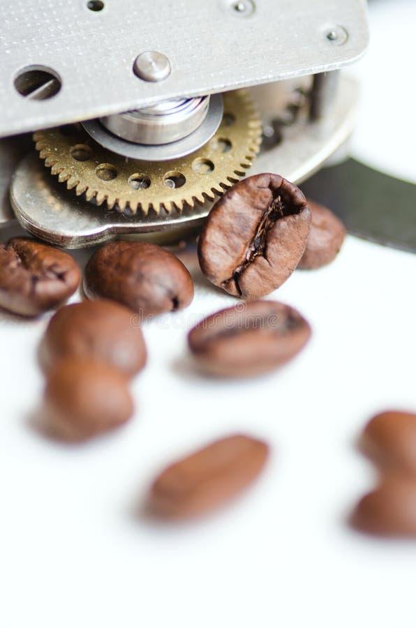 Kugghjul, tandhjul, urverk och kaffe Kaffetid - cofeeavbrottstema royaltyfri fotografi