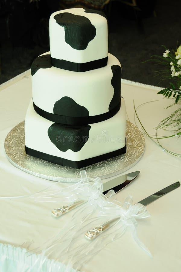 Kuh-Muster-Hochzeits-Kuchen lizenzfreies stockbild