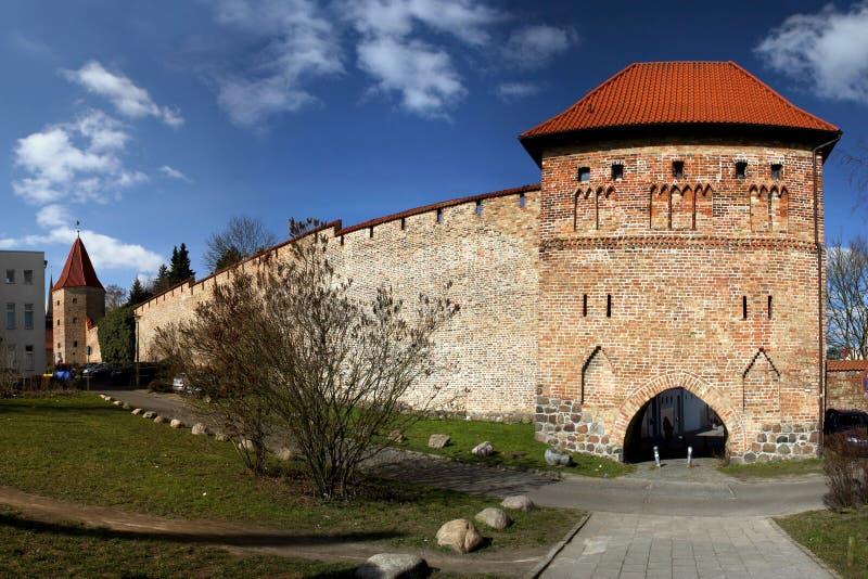 Kuhtor und historische Wand von Rostock lizenzfreies stockbild
