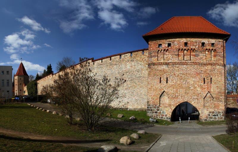 Kuhtor und historische Wand von Rostock stockbilder