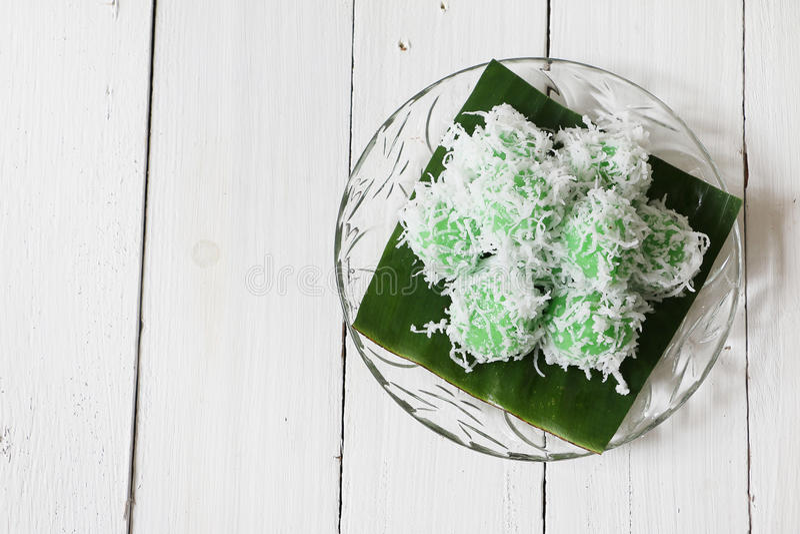 Kuih tradicional malaio Ondeh Ondeh ou Kelepon para o indonésio imagens de stock royalty free