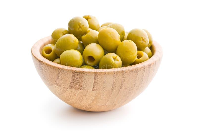 Kuiltjes gemaakte in groene olijven in kom stock afbeelding