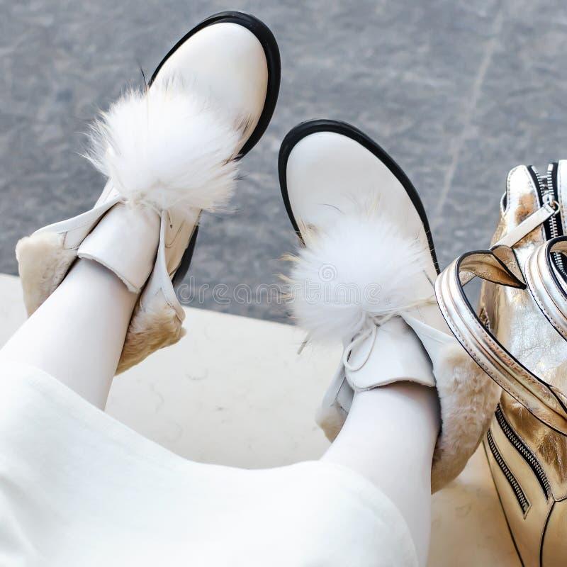 kuje kobiety piękni buty na kobiety ` s nogach biel kuje zakończenie outdoors szczęśliwa kobieta obraz stock