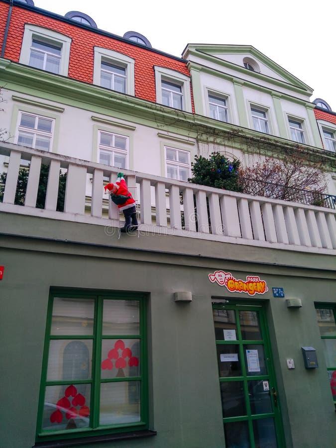 Kukła Święty Mikołaj wspina się w górę schodków duży dom obraz stock