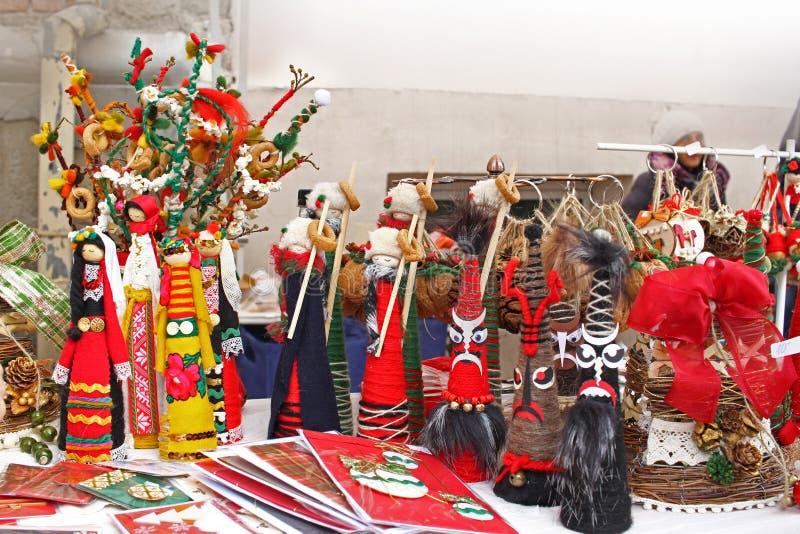 Kukeri e bonecas dos mummers pelo Natal e o ano novo Decorationwallpaper do Natal Brinquedos feitos a m?o para boas festas Mum fe foto de stock royalty free