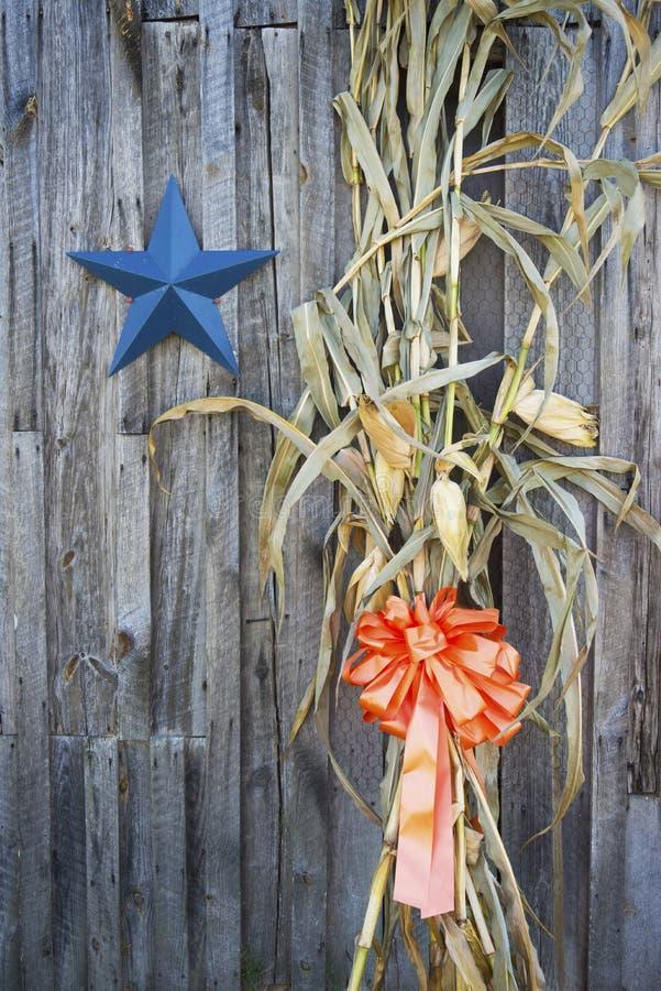 Kukurudza badyle i spadek dekoracje na stronie kraj stajnia zdjęcia royalty free