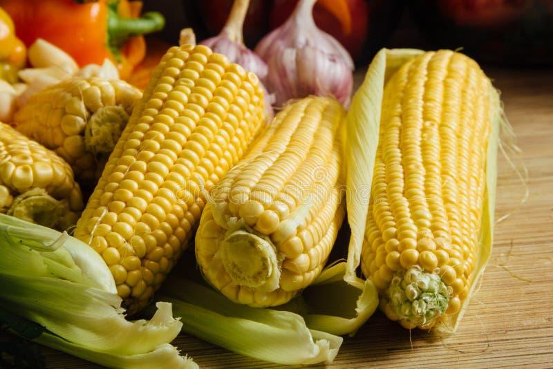 Download Kukurudza na stole obraz stock. Obraz złożonej z warzywa - 57655703