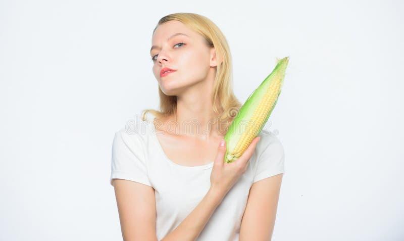 Kukurydzana uprawa witamina i dieting jedzenie Uprawiaj?cy ziemi?, ?redniorolna dziewczyna z kukurydz? rolnictwo kultywacja Pe?ny zdjęcie royalty free