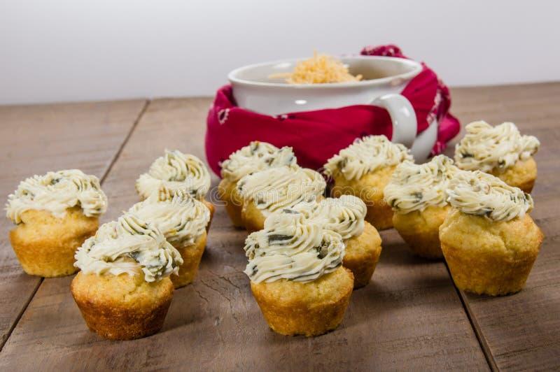 Kukurydzani muffins nakrywający z gorącego pieprzu serem zdjęcia royalty free