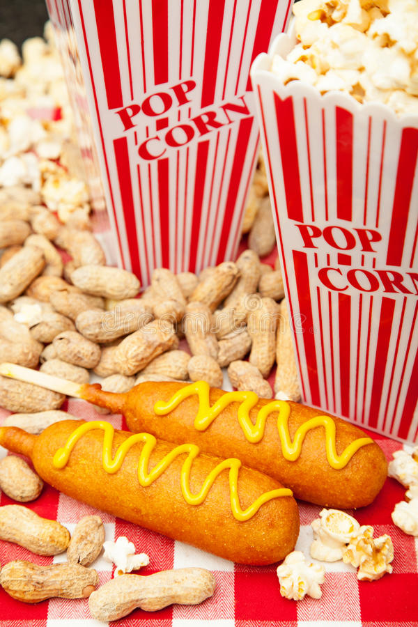 Kukurydzani psy popkorn i arachidy obrazy stock